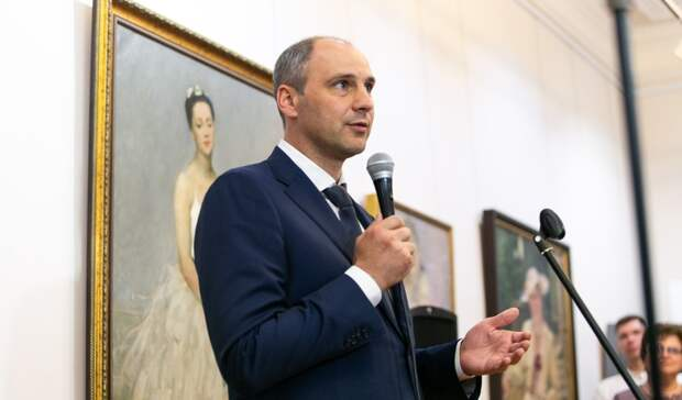 Губернатор Денис Паслер посетил вОренбурге выставку, посвященную женщинам