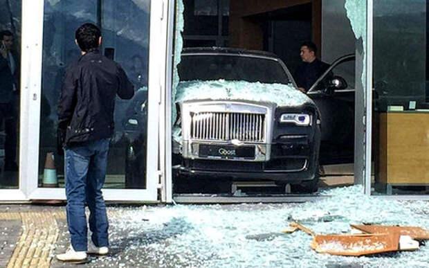 Фатальное невезение: посетитель автосалона случайно снес витрину новым Роллс-Ройсом