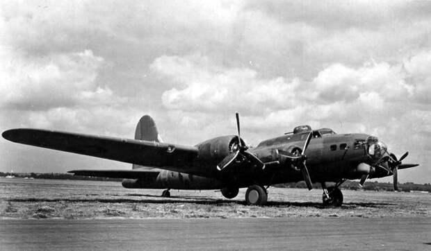 Boeing YB-40 – модификация тяжёлого бомбардировщика «Летающей крепости» B-17. YB-40 был буквально увешан пулемётами, чтобы обеспечить защиту от атак с любой стороны. При этом бомб он не носил – вместо них загружалась дополнительная амуниция. Но все эти пушки настолько утяжеляли самолёт, что в результате от него решили отказаться.