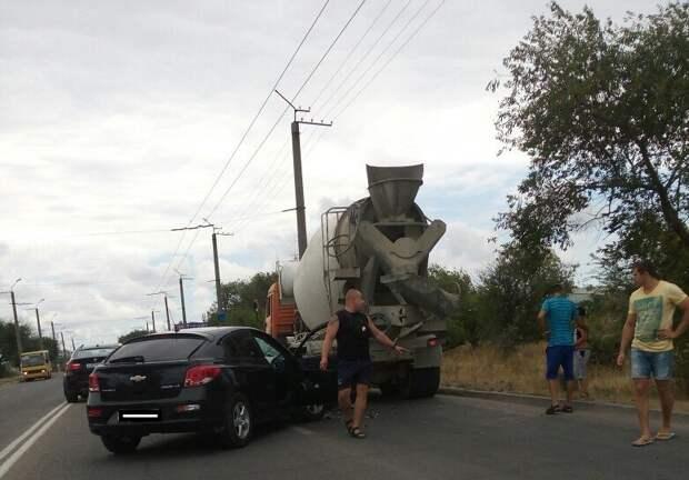 ДТП в Севастополе: один под бетономешалкой, другой — в канаве (фото)