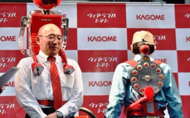 японцы с роботом на спине