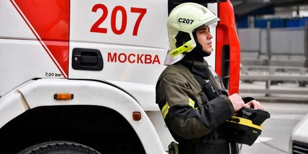 Легковушка врезалась в отбойник и загорелась на МКАД в районе Строгино
