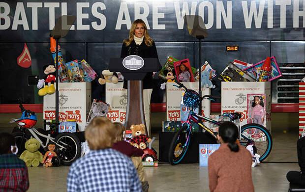 Почти в роли Санты: Мелания Трамп раздала игрушки детям из малообеспеченных семей