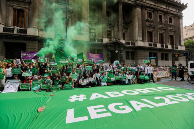 12-летняя аргентинка родила двойню отнасильника из-за отказа взаконном аборте