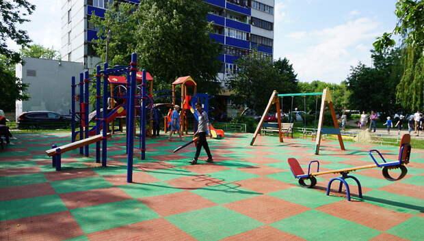 В Подольске завершается подготовка детских игровых площадок к летнему сезону