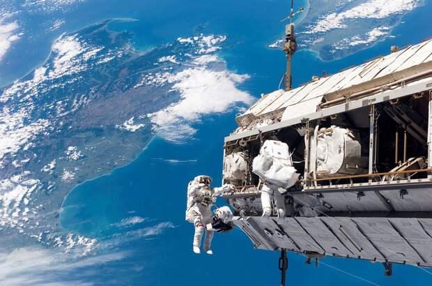 Российские космонавты успешно вышли в открытый космос с МКС