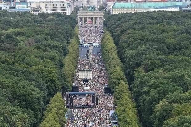 «Пандемии нет и в помине»: десятки тысяч людей в ФРГ вышли на улицы