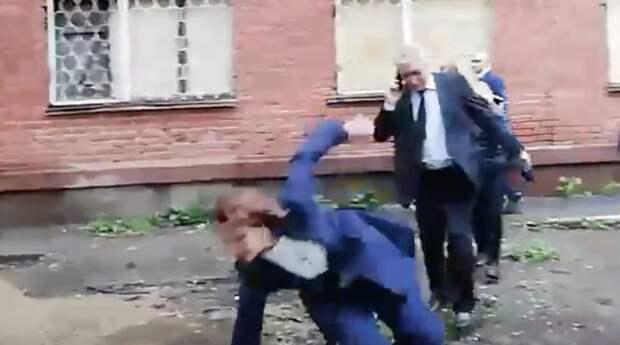 Видео: мэр Омска инспектировала ремонт дома и упала в грязь