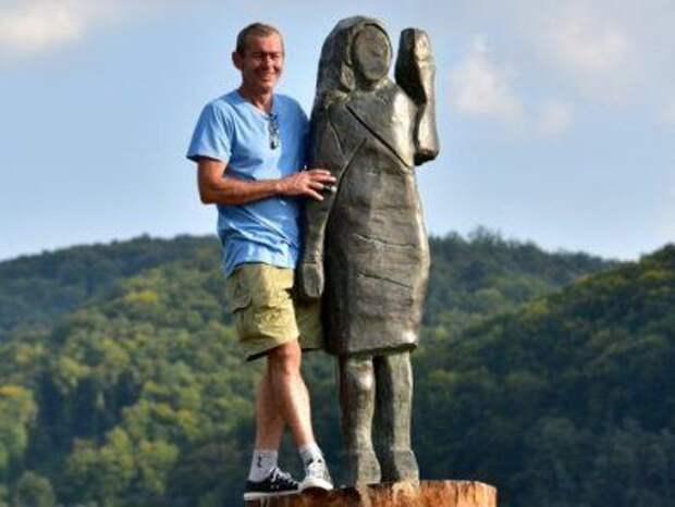 В Словении установили бронзовую статую Мелании Трамп после поджога деревянной