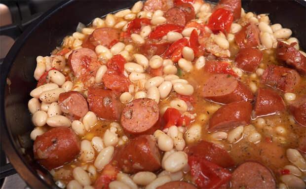 Испанский завтрак, обед и ужин в одном блюде. Делаем из того, что нашли в холодильнике: соединяем сосиски с фасолью и луком