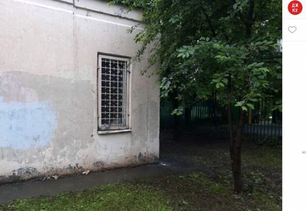 Сухие ветки и мешки с листвой убрали возле дома на Новомарьинской