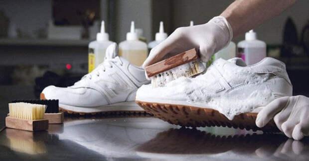 белые кроссовки чистят щеткой