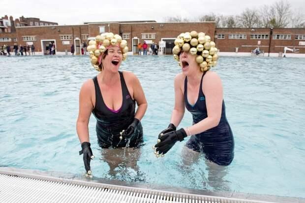 Некоторые радостны зимние купания, интересно, моржи, эмоции
