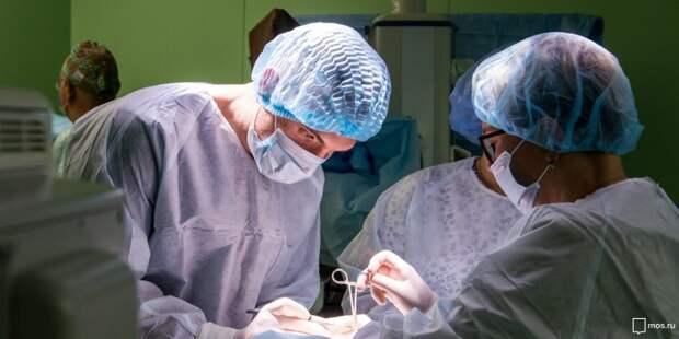В Боткинскую больницу госпитализировали упавшего с пятиметровой высоты человека