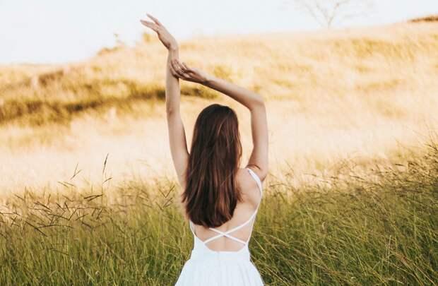 Девушка подняла руки