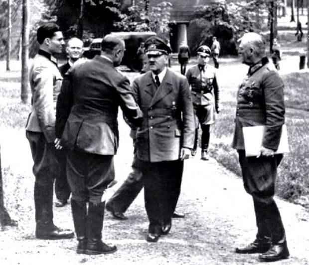 Слева: Штауффенберг и Гитлер в Ставке «Волчье логово».