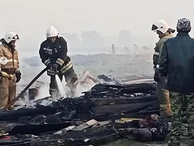 В омской деревне загорелись 14 частных домов из-за сильного ветра