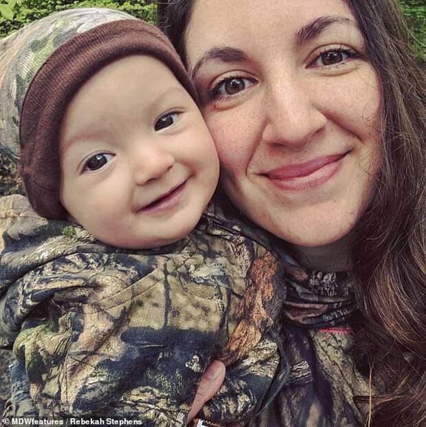 Основной инстинкт: мать ходит на охоту вместе с 9-месячной малышкой за спиной