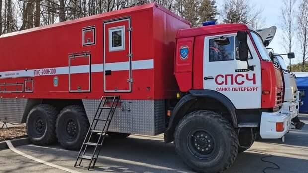 Спасатели тушат полыхающий на ЗСД грузовик в Василеостровском районе