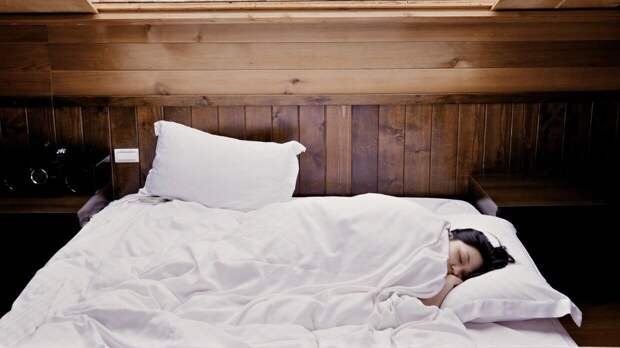 Россиянам объяснили, как восстановить сон после коронавируса