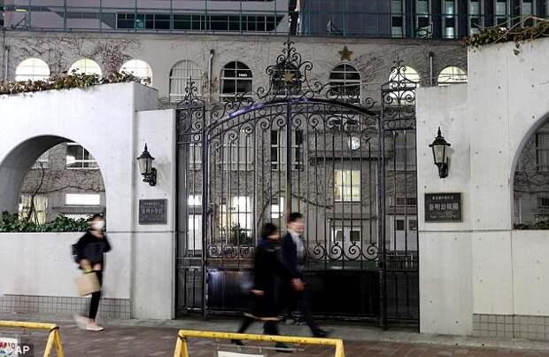 Директор школы в Токио хочет ввести форму за 700 долларов от Armani, родители, понятное дело, против
