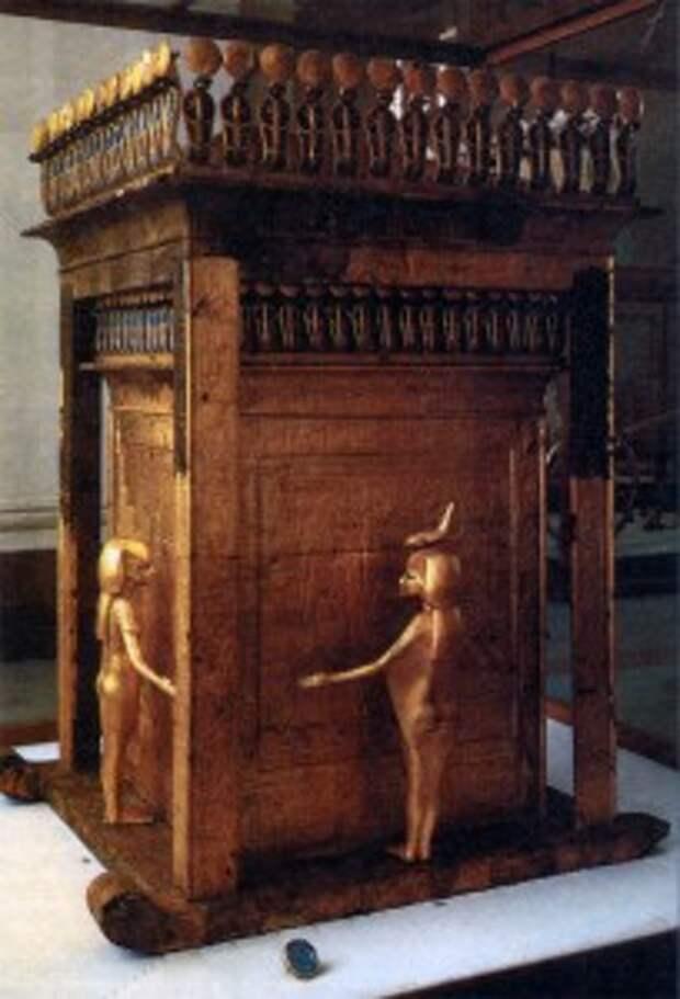 Вазы-канопы и деревянная капелла для их хранения