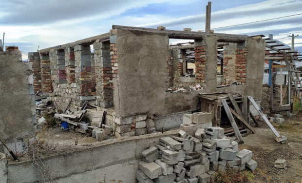 Мужчина потерял работу, но не бросил идею построить дом. Строит дом за 0 рублей и снимает результат