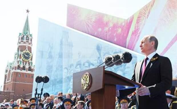 На фото: президент России Владимир Путин выступает на Красной площади во время военного парада