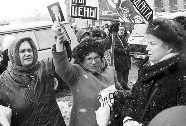 «Страна стояла на пороге гражданской войны». Почему реформы 90-х сделали россиян нищими