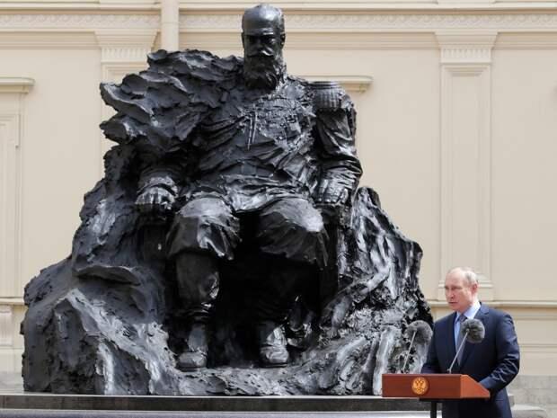 На открытом Путиным памятнике Александру III в Гатчине заметили шестиконечную звезду