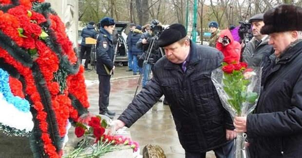Траурные мероприятия, посвященные памяти жертв теракта в 1996 г. 9 января 2016 г. Фото www.riadagestan.ru