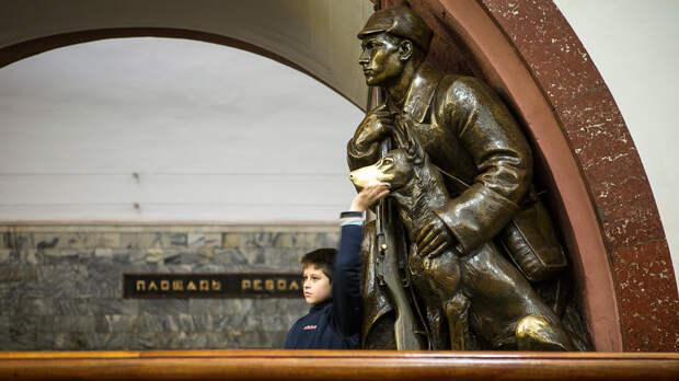 10 самых интересных скульптур Московского метро