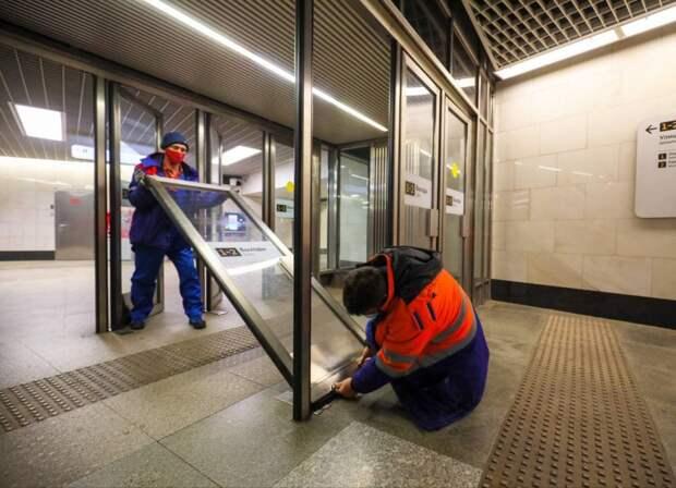 Двойные двери встанут на стражу тепла в вестибюле станции метро «Кузьминки»