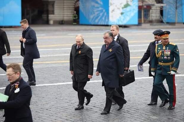 Одно измененное слово в речи Путина на параде Победы вызвало бурное обсуждение британцев