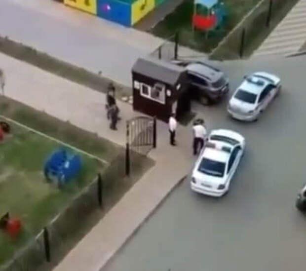 В Краснодаре мужчина на своем авто протаранил ворота детского сада