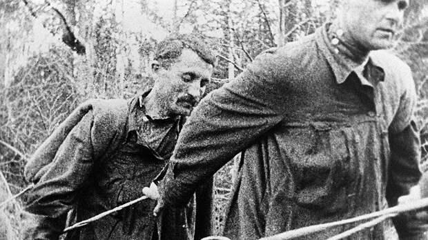 Заключенные Ухтинской экспедиции Управления северных лагерей особого назначения ОГПУ на транспортировке грузов вверх по реке Ижме (1929 год)
