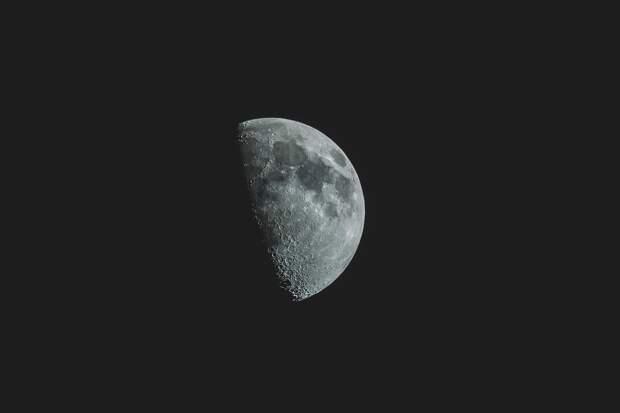 На обращённой к Земле стороне Луны найдена вода