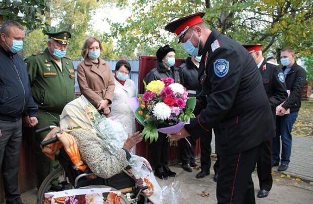 В Брюховецком районе казаки поздравили со столетием участницу войны