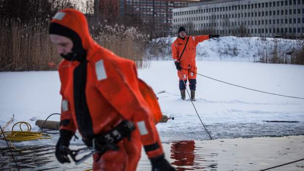 Спасатели возобновили поиски разбившегося год назад вертолета на реке Сухона