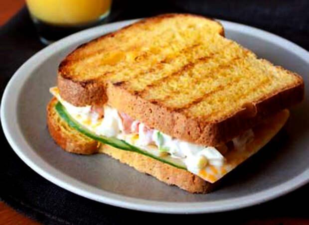 Сытный сэндвич с ячным салатом.