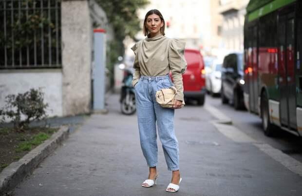Джинсы мом: с чем носить один из лучших стилей для женщин 40+