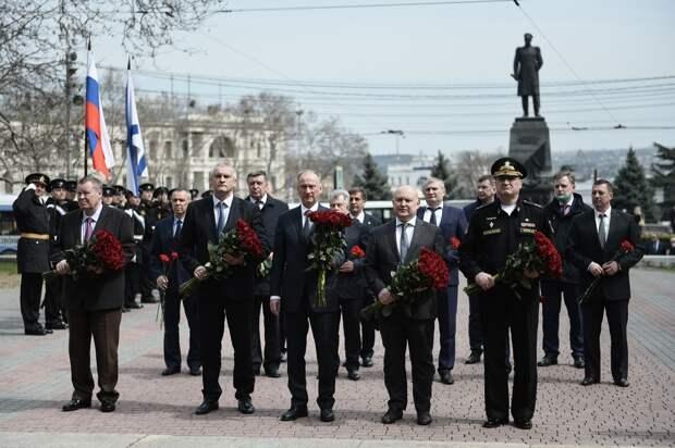 Патрушев возложил цветы к мемориалу героической обороны Севастополя