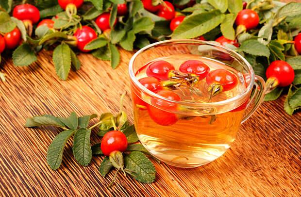 Чай с плодами шиповника на деревянном фоне; фото 3175400, фотограф Paleka. Фотобанк Лори - Продажа фотографий, иллюстраций и изо
