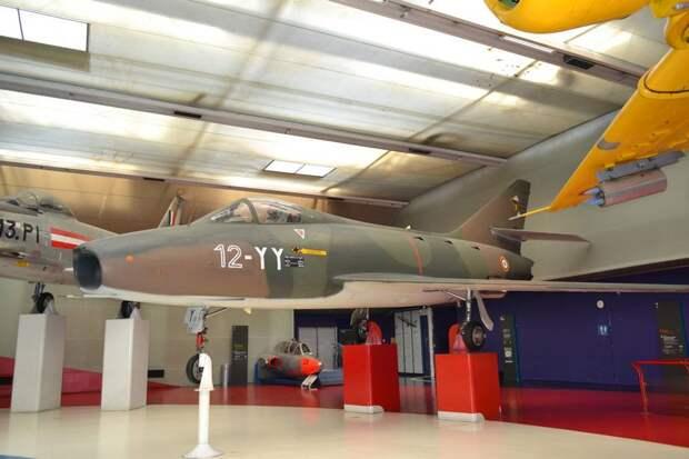 Первый серийный французский сверхзвуковой истребитель Dassault Super Mystere B.2 – продукт эволюции типов «Ураган» и «Мистер» I – IVA. Хотя в нем ощущается легкое влияние американского F-100 «Супер Сейбр», это типично французский самолет