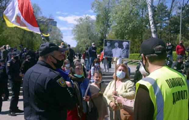 В Одессе националисты напали на женщину с портретом маршала Жукова