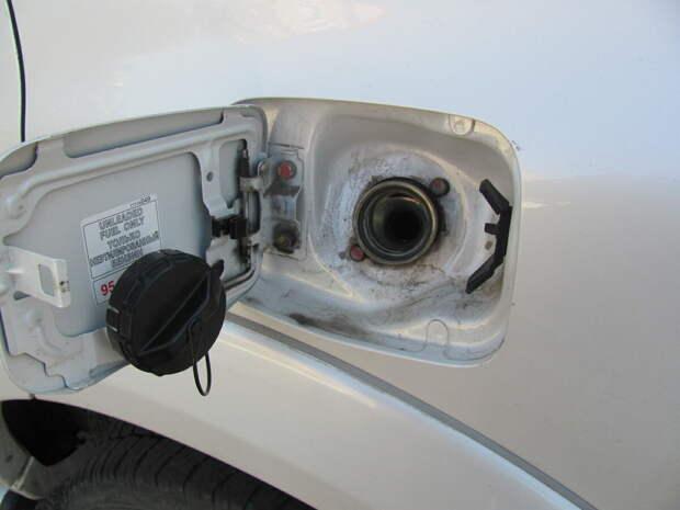 Чем грозит появление шипения при открытии крышки бензобака