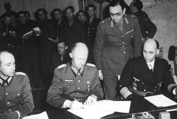 Генерал-полковник Альфред Йодль подписывает Акт о капитуляции в Реймсе, 7 мая 1945 года