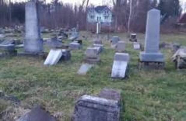 Вандалы разрушили 59 памятников в Словакии