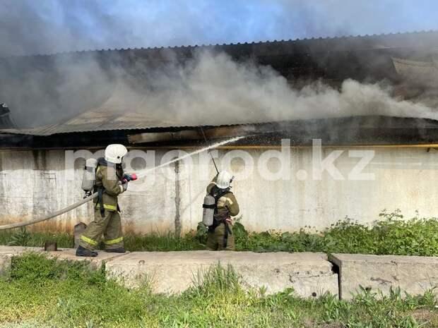 Пожарный поезд использовали для тушения горящего склада стройматериалов в Уральске