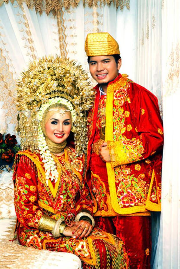 Индонезийские наряды всегда очень яркие и зависят в каком из районов страны люди проживают.